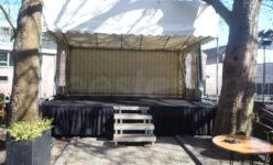 podium met tentoverkapping
